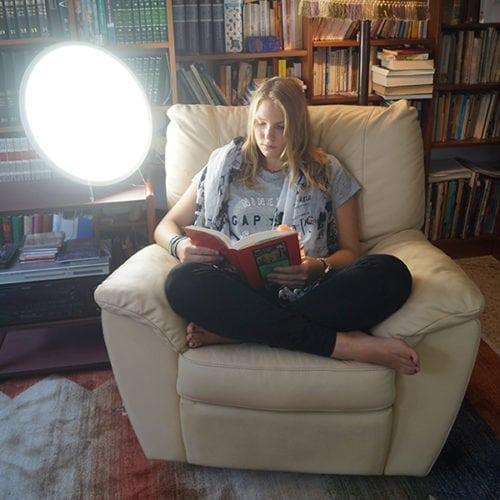 Leer con la luz natural, luminoterapia,